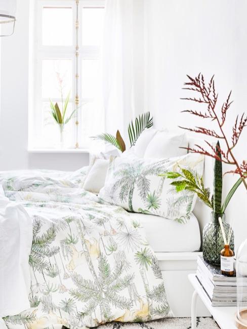 Letto circondato da foglie di palma