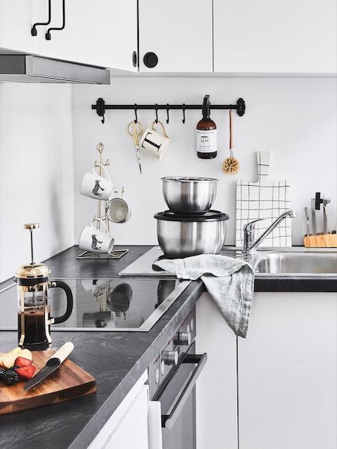 una cocina moderna en blanco y negro