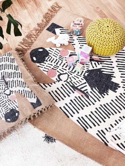 Close-up vloer met zebra deken en kussens