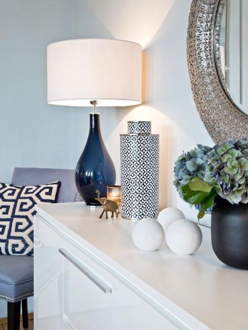 Consolle con lampada e vasi