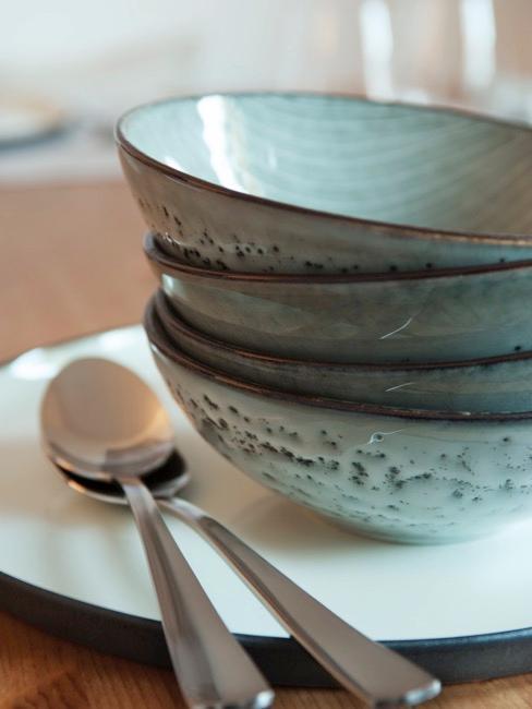 Gros plan sur la vaisselle en céramique de la marque danoise