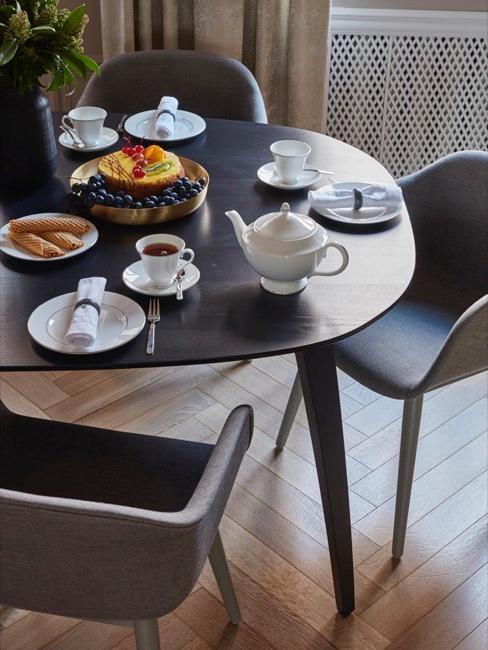 Gedeckter Esstisch mit Stühlen in grau