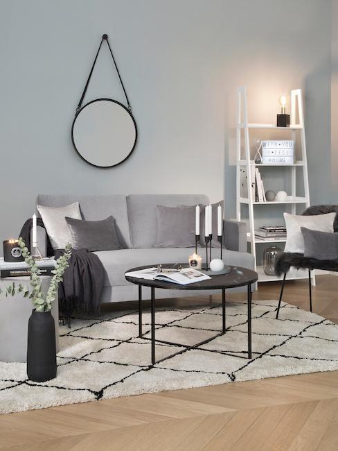 Pokój gościnny w szarościach z rozkładaną kanapą