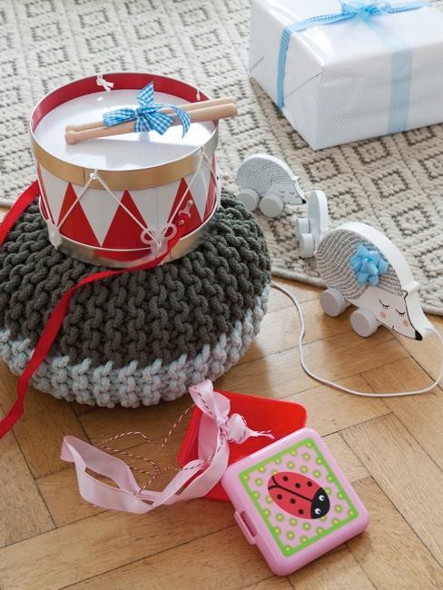 Ausgepackte Geschenke wie eine Trommel und eine Brotbox