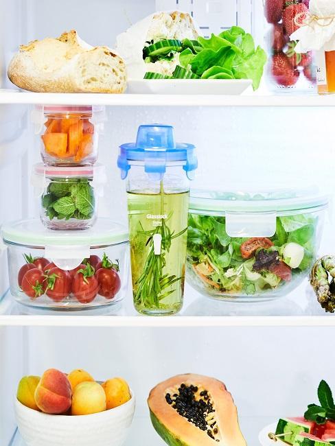 Gefüllter Kühlschrank mit Tupperdosen