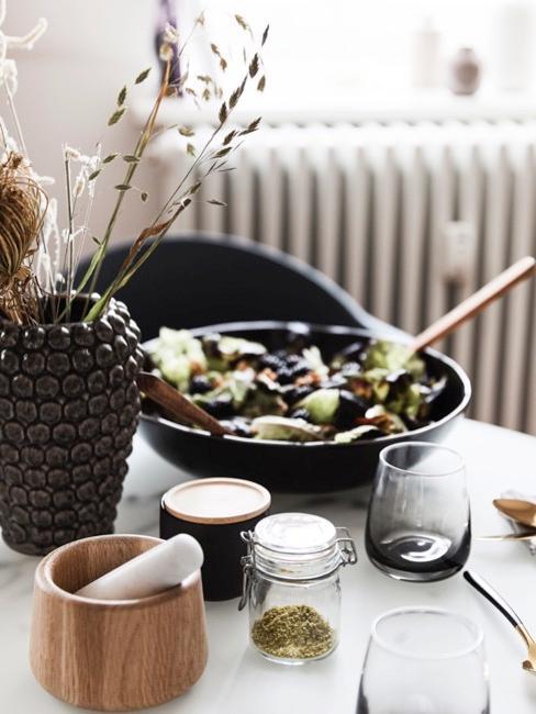 Pots de conservation avec épices, vase brun et repas pour la fête des mères