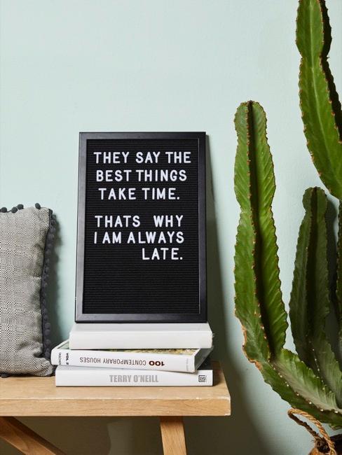 Letter Board auf Bank mit Büchern und Kaktus
