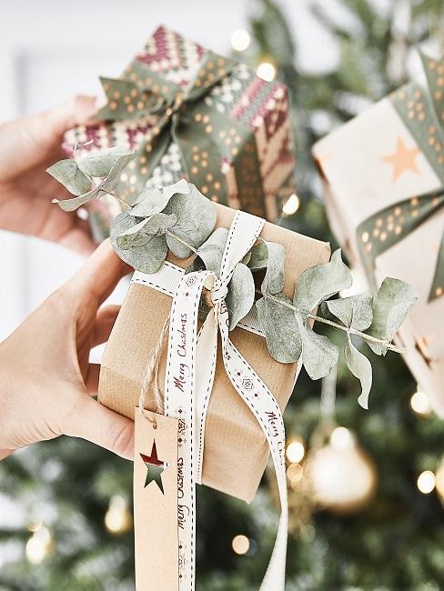 Weihnachtsgeschenke vor Tannenbaum