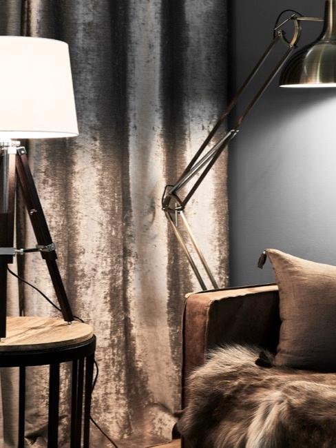 Woonkamer gordijn, lamp met bijzettafel en leren zitbank