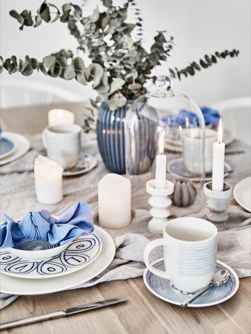 Gedeckter Tisch mit blauen Details