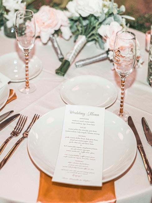 Cartes de menu sur la table de mariage