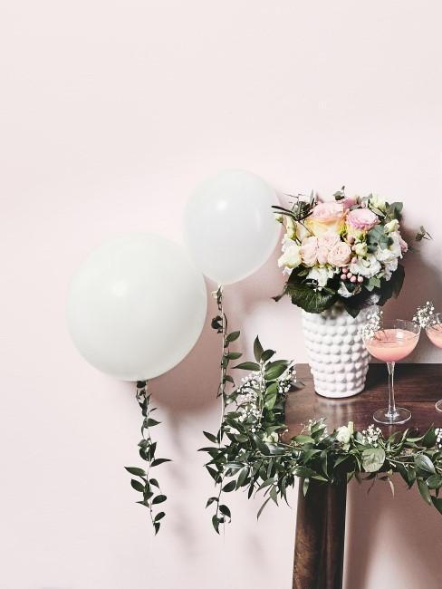 Blumen und Luftballons auf einem Tisch