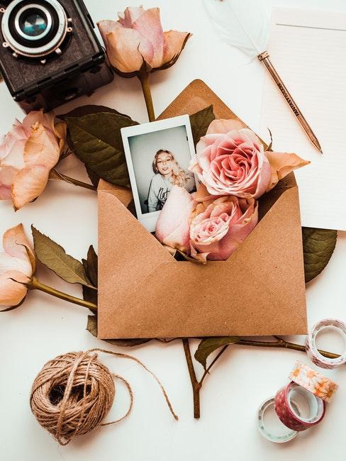 Kuvert mit Blumen und Foto als persönliche Verpackung