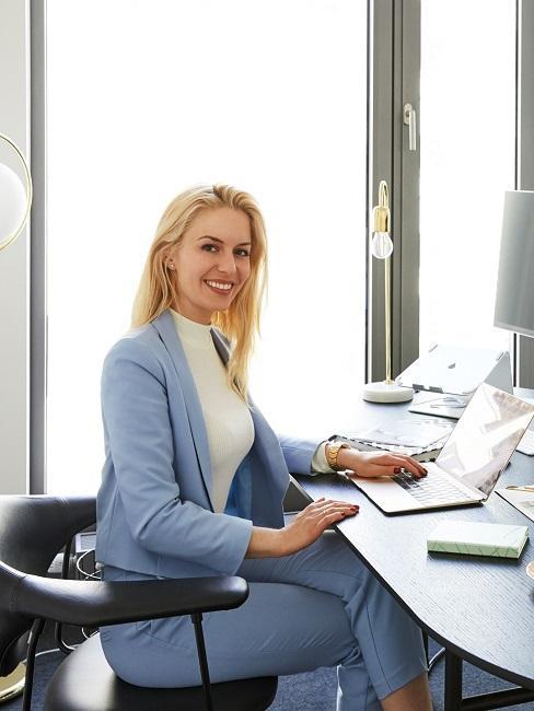 Delia siedząca w biurze