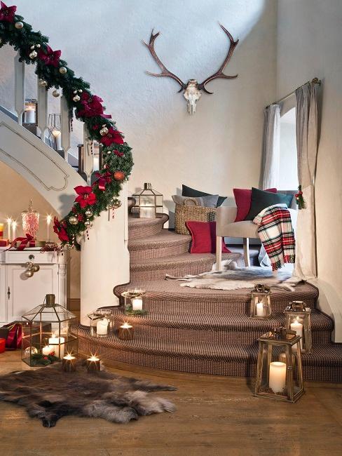 Decoración navideña estilo americano con tonos verdes y rojos