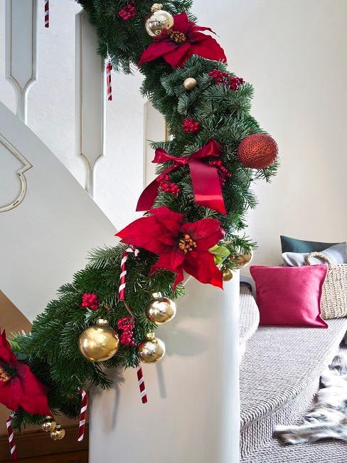 kerstslinger met rode strikken en kerstballen