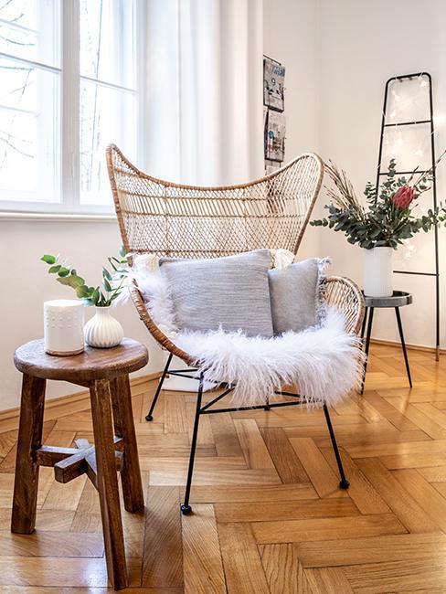 Zitgedeelte in de woonkamer van Susanne Heßlenberg met eierstoel van rotan