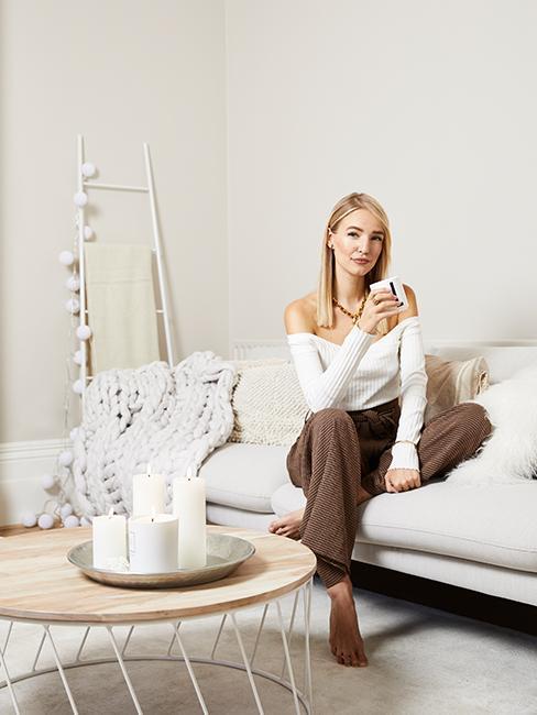 Portrait von Leonie Hanne in ihrem Wohnzimmer in London