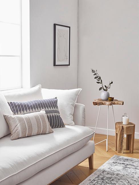 soggiorno stile country con divano chiaro e cuscini decorativi