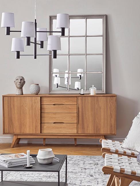 Kommode aus Holz mit einem großen Spiegel darüber zur Dekoration