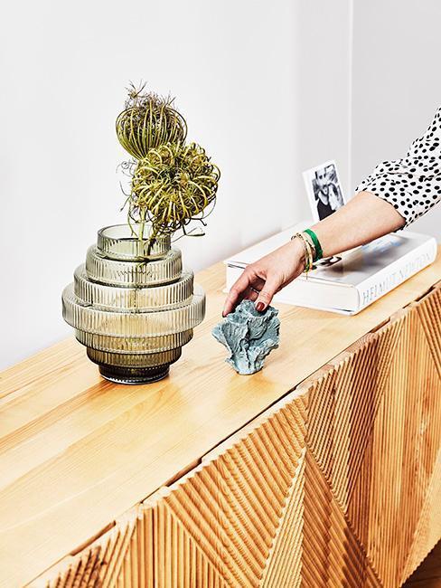 Kommode mit grüner Vase und weiterer moderner Deko