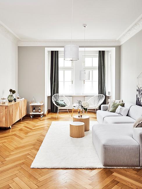 Wohnzimmer in modernem Skandi Look in Altbau mit Fischgrätenparkett