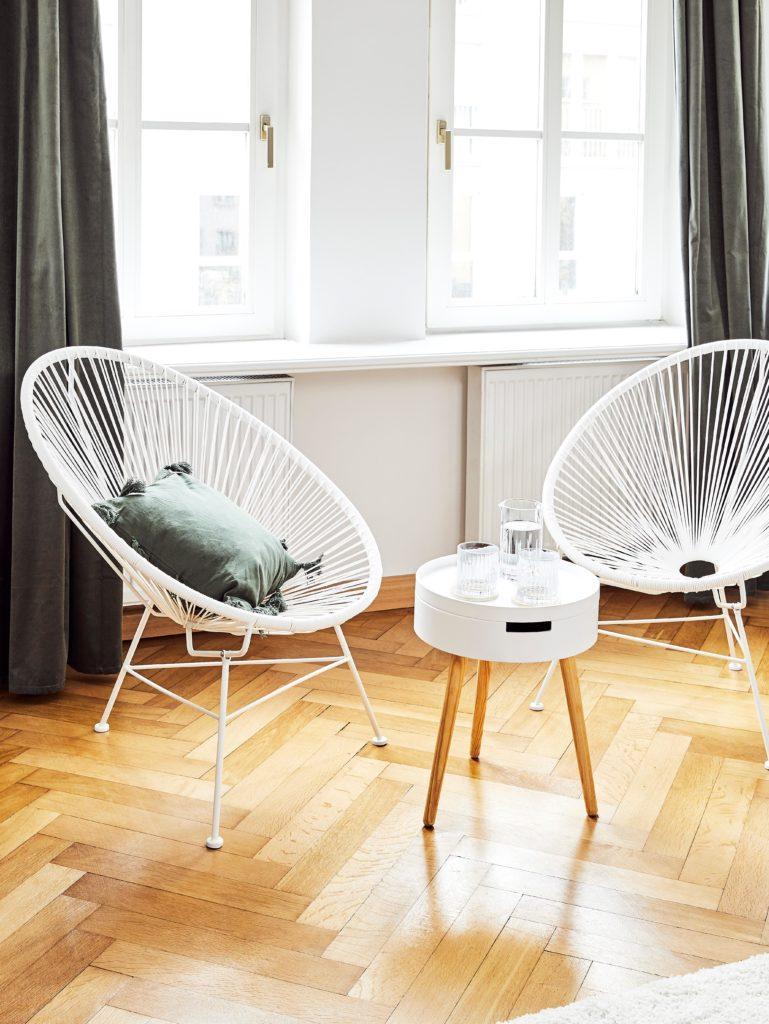 Weiße Sessel im Skandi Stil in Altbauwohnzimmer