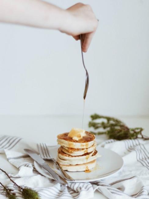 Pancake auf hellem Untergrud mit winterlicher Deko