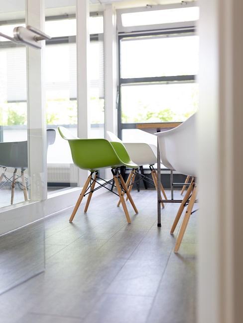 Meetingraum mit weißen und grünen Stühlen