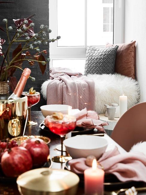 Zastawiony stół z szampanem i przytulnym kącikiem w tle