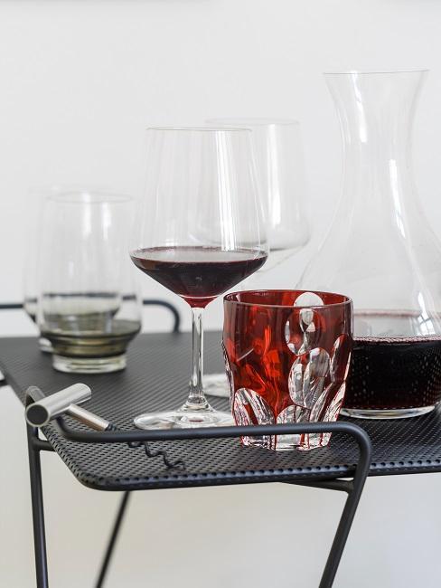 Abstellfläche mit Gläsern, Dekanter und einem Flaschenöffner