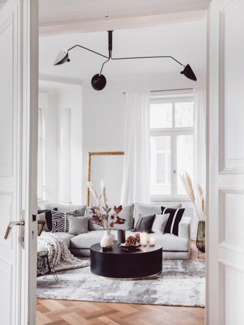 Apartament z szarą sofą w paryskim stylu