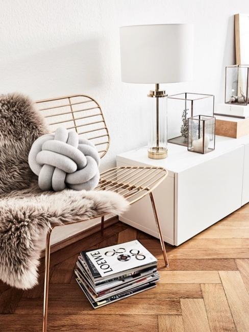 Knotenkissen auf goldenem Draht Sessel in Wohnbereich