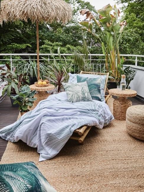 Terrazzo con mobili in vimini e palme