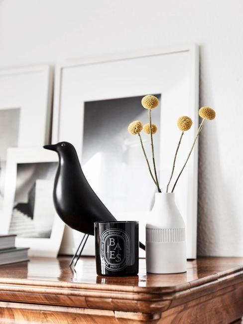 Dressoir met zwart-witte decoratie en vogel