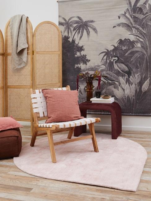 Wohn zimmer mit rosa und roten Accessoires und Rattan Trennwand