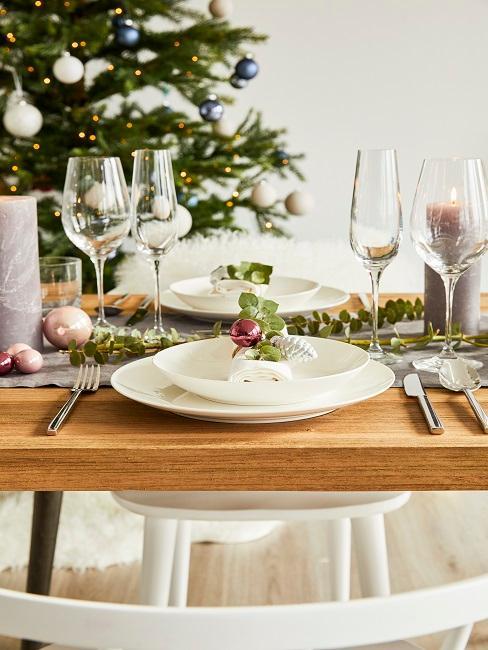 Getrockneter Eukalyptus als Tischdeko auf einem weißen Teller
