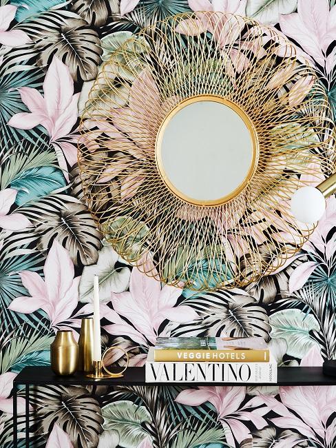 Papel pintado de flores con un espejo dorado y una comoda