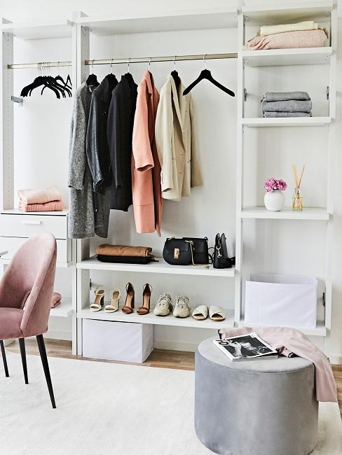 Armoire ouverte avec une longue étagère à chaussures et différents types de chaussures