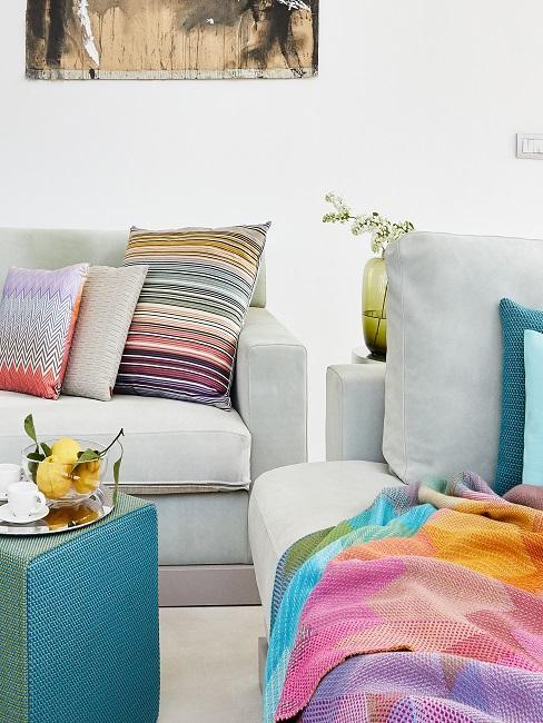 Graues Sofa mit bunten Kissen im Wohnbereich