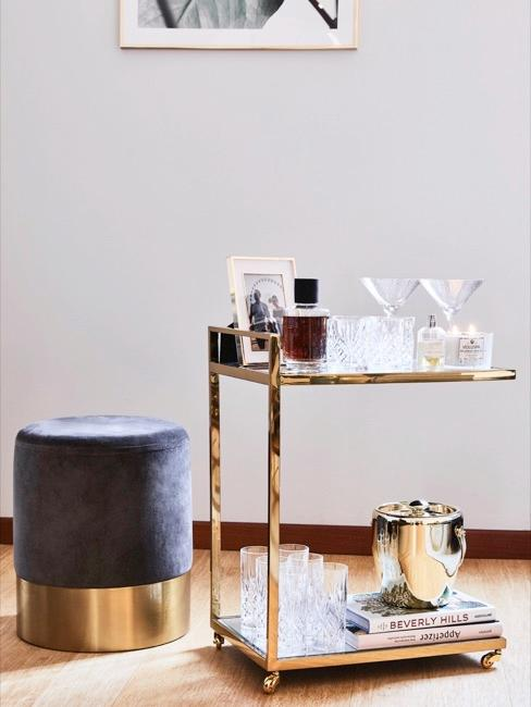 Desserte dorée avec verres à long drink et autres accessoires de bar