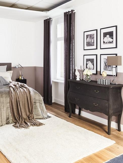 Bett neben einem Vintage Sideboard, darüber vier Bilder als Gallery Wall, Wand in Grau-Weiß