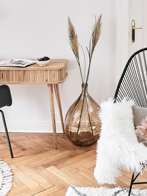 Bodenvase mit Pampasgras neben kleinem Holz-Schreibtisch