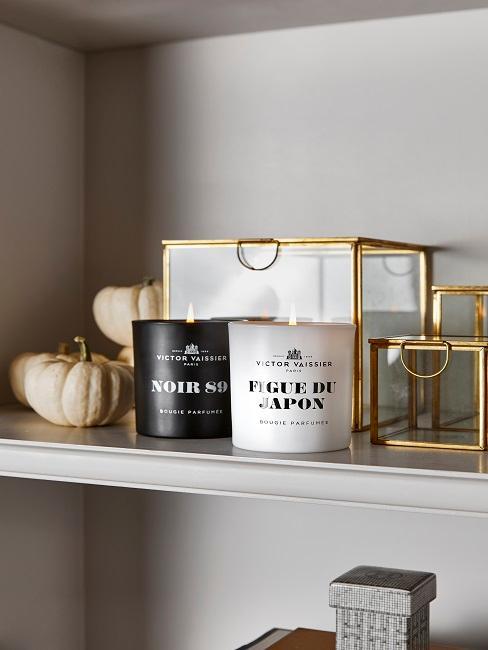 Półka dekoracyjna ze świeczkami i pojemnikami