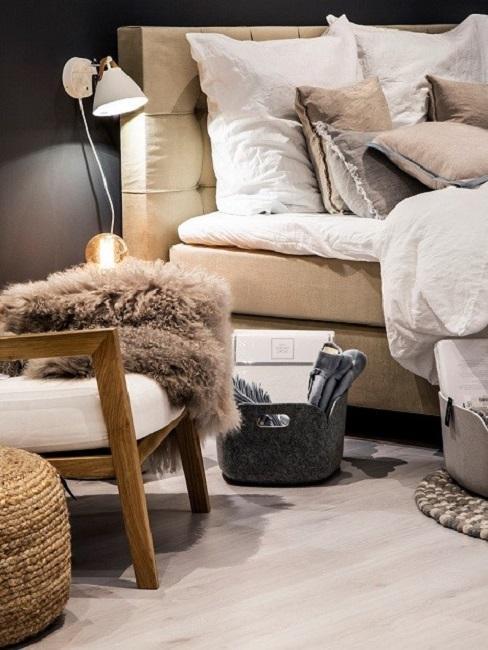 Nachhaltige Möbel neben Muuto Korbtaschen aus recycelten PET-Flaschen.