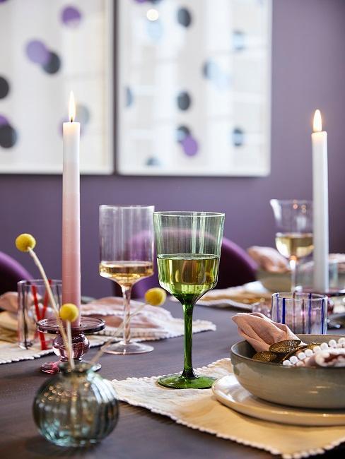 Maximalistisch gedeckter Tisch
