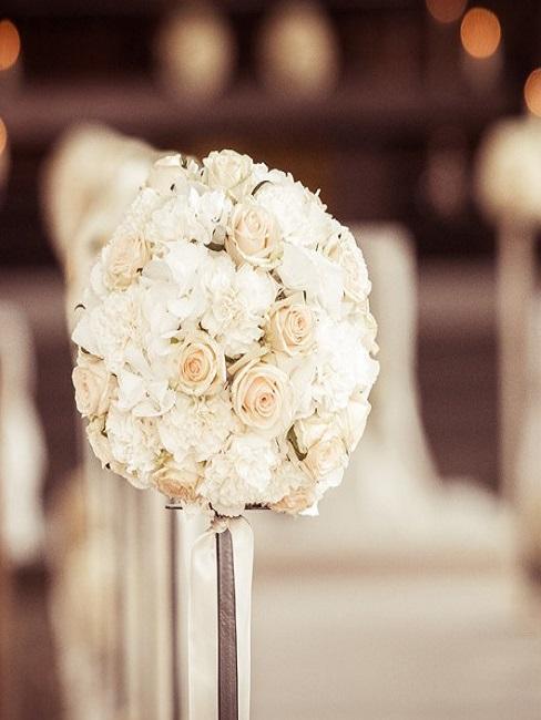 Weiße Blumendeko für den Altar