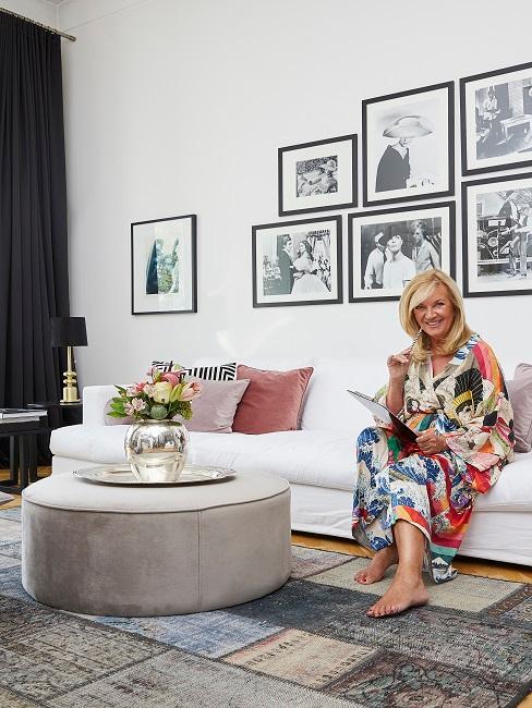 Designerin Uta Raasch sitzt in ihrem Designer-Wohnzimmer