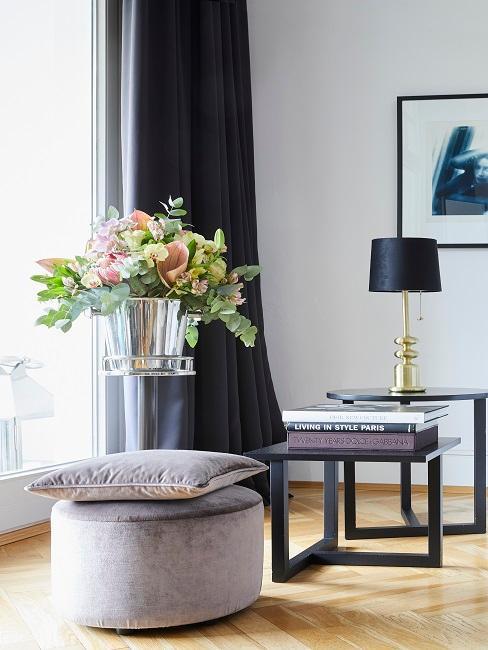 Design-Hocker mit Kissen im Wohnzimmer