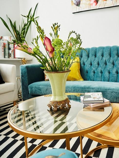 Vase auf einem Couchtisch in einem Designer-Wohnzimmer